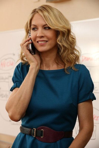 "Jenna Elfman as First Lady Emily Gilchrist in the episode ""Frosting/Nixon."""
